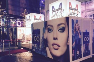 Promocube Maybelline with a red carpet