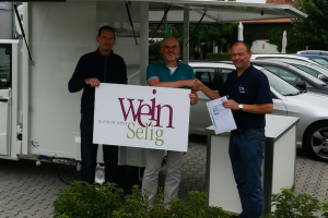 Our colleague Thomas Thiel is passing a wine catering vehicle to Keith Bain and Frank Elsesser